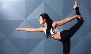 单腿站立体式瑜伽美女摄影高清图片