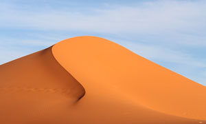 蓝天白云下的沙丘风光摄影高清图片