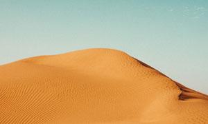 无云蓝天下的沙丘风光摄影高清图片