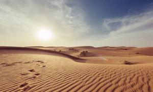 蓝天白云与荒无人烟的沙漠高清图片