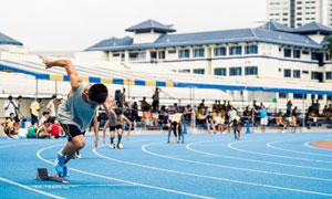 枪响之后起跑的运动员摄影高清图片