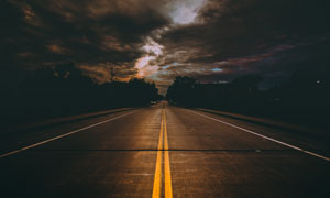 乌云笼罩下的公路风光摄影高清图片