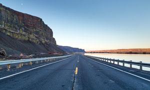 山脚下的柏油公路风光摄影高清图片