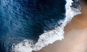正扑向沙滩的凶猛海水摄影高清图片