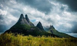 杂草与植被覆盖的山峰摄影高清图片
