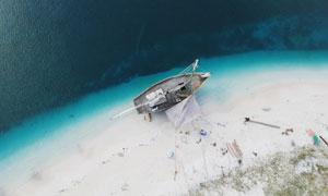 鸟瞰视角停靠在海边的小船高清图片