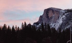 云彩树木与巍峨的高山摄影高清图片