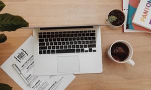 桌上的笔记本电脑等物摄影高清图片