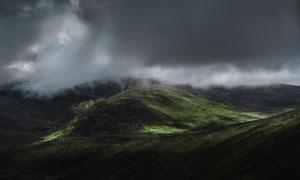 弥漫着云雾的连绵群山摄影高清图片