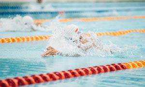 泳池中参加比赛的人物摄影高清图片