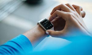 戴在手腕上的智能手表摄影高清图片