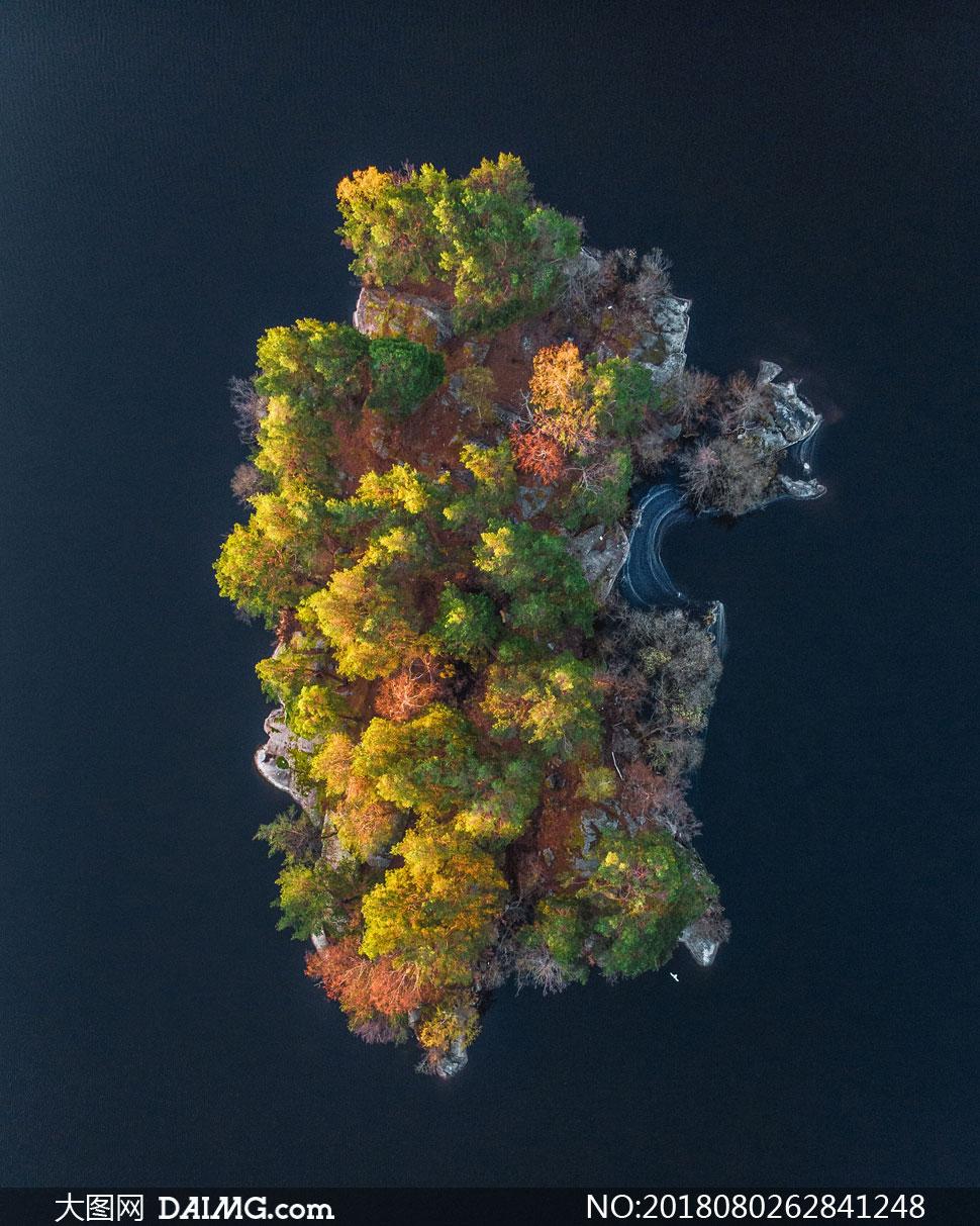 大海中孤立的島嶼鳥瞰攝影高清圖片圖片