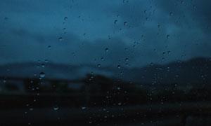 玻璃上的水滴近景特写摄影高清图片