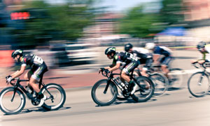 参加自行车比赛的人群摄影高清图片