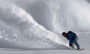 飞溅起积雪的滑雪人物摄影高清图片