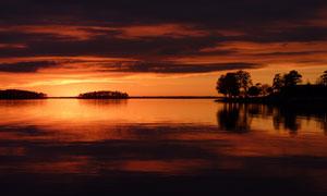 黄昏天空云彩湖畔树木风光高清图片