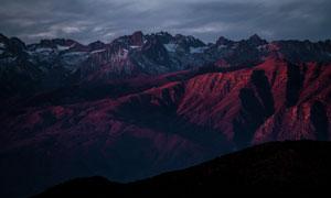 黑云下连绵起伏的山峦摄影高清图片