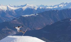 滑雪人物与连绵的雪山美景高清图片