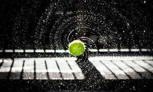 运动途中甩出水的网球摄影高清图片