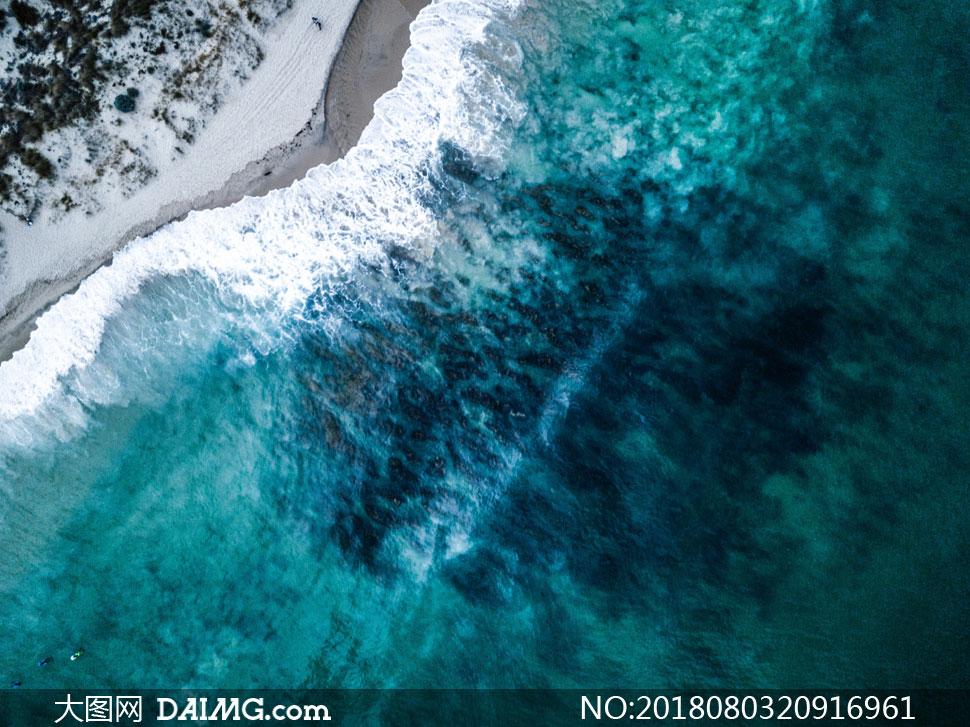 正不断涌向海边的潮水摄影高清图片