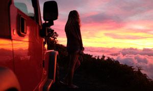 下车看黄昏日落美景的美女高清图片