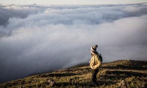 人物与虚无缥缈的云海摄影高清图片