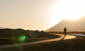 耀眼阳光下的山间小路摄影高清图片