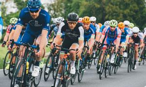参加公路自行车比赛的人物高清图片
