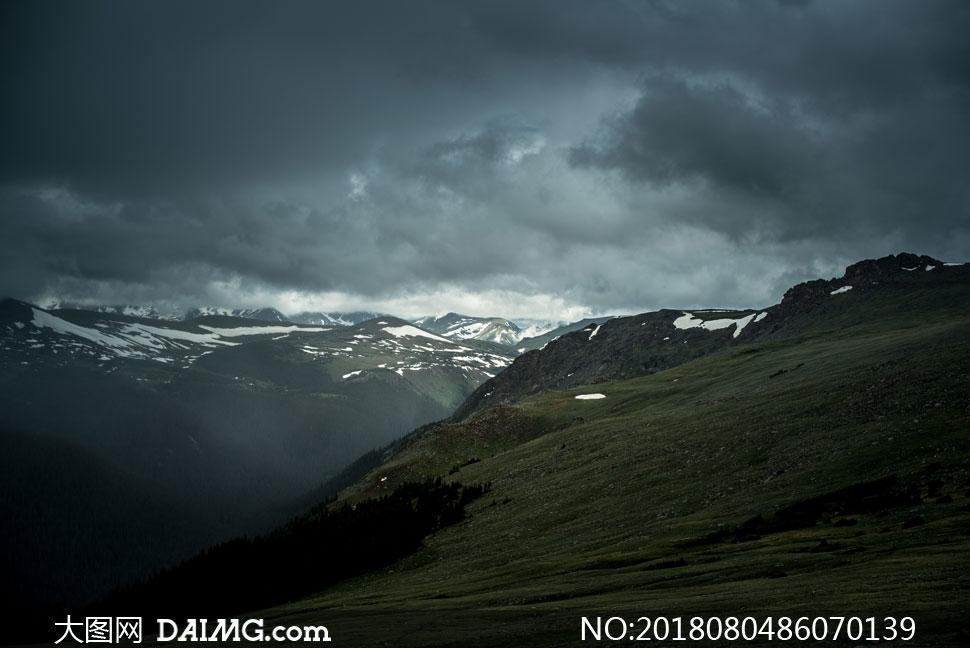 积雪未完全融化的山峦摄影高清图片