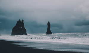天空云彩与在海水中的小山高清图片