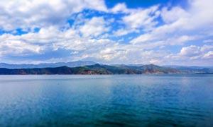 蓝天下的泸沽湖美丽风光摄影图片