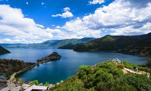 蓝天下的泸沽湖美景高清摄影图片