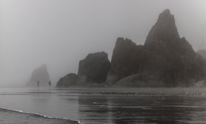 海水与隐约可见的山峰摄影高清图片