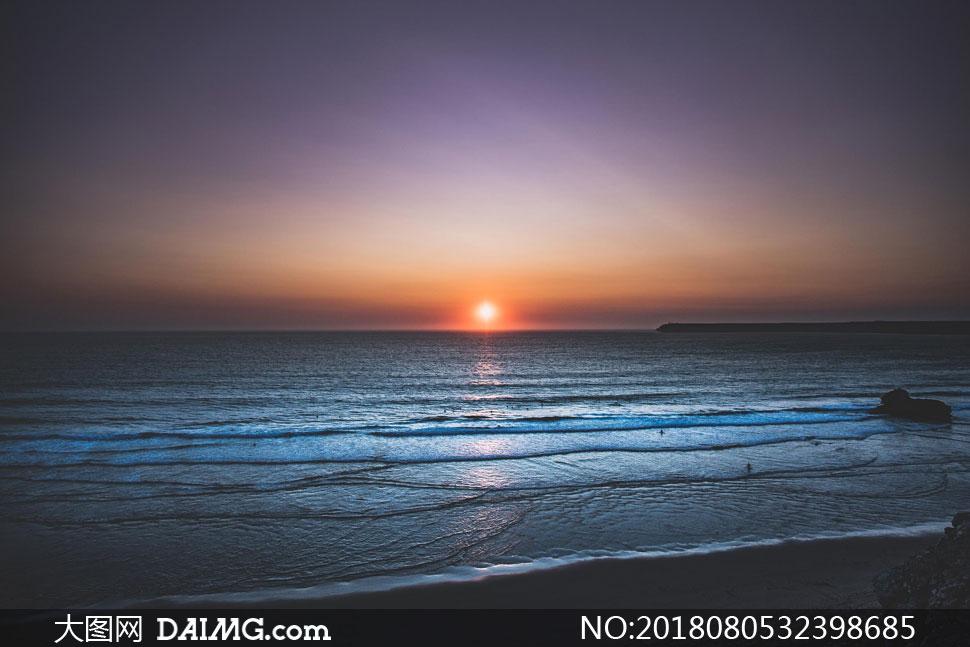 夕阳西下一望无际大海摄影高清图片