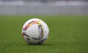 放在球场上的足球特写摄影高清图片