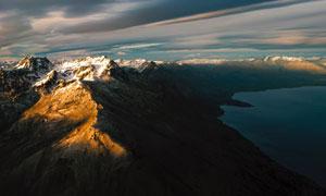 黄昏湖畔雪山自然风光摄影高清图片