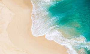 爬到海岸沙滩上的海水摄影高清图片