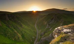 山谷中的道路鸟瞰视角摄影高清图片