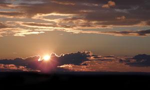 躲在云彩后的夕阳风光摄影高清图片