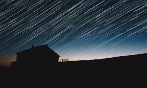 房子与夜空中的繁星长曝光高清图片