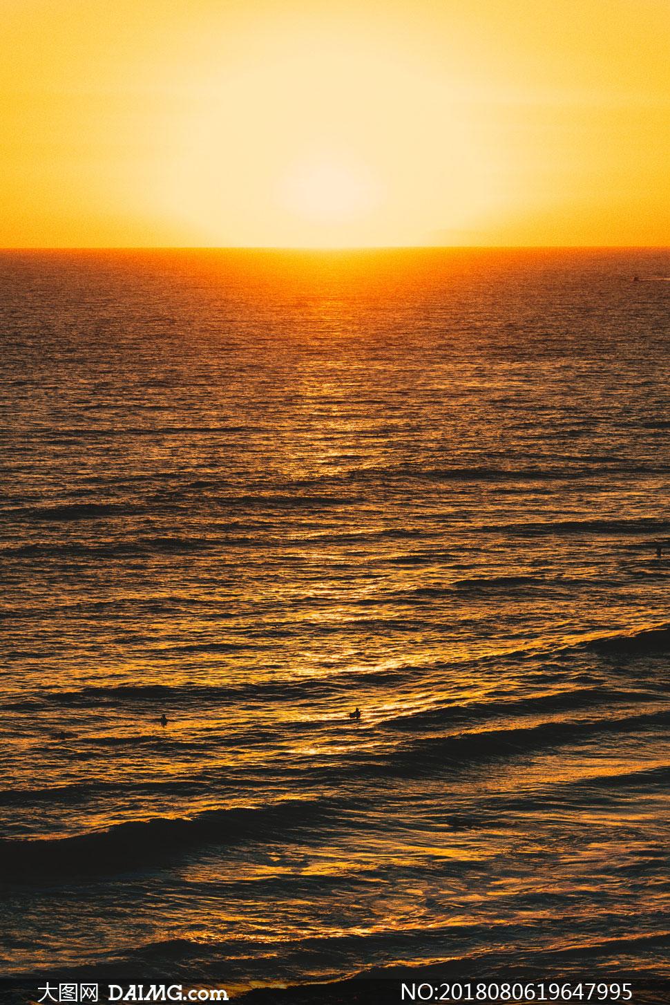 汹涌海面手绘
