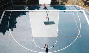 在篮球场做投篮训练的人物高清图片