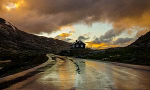 黄昏云彩与山间的公路摄影高清图片