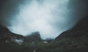 浓雾中的大山自然风景摄影高清图片