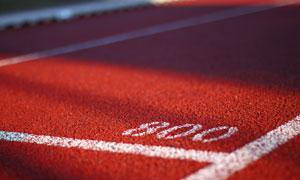 红色跑道上的白色标线特写高清图片