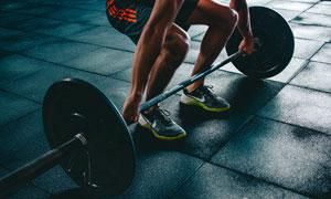 双手提杠铃的健身人物摄影高清图片