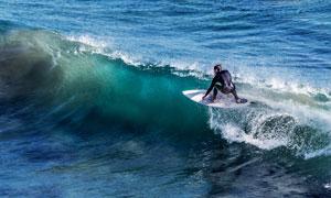 大海波浪上冲浪的男子摄影高清图片
