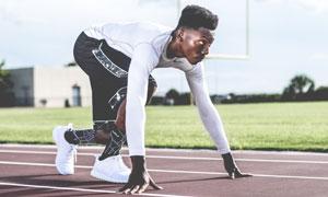 做起跑准备的运动男子摄影高清图片