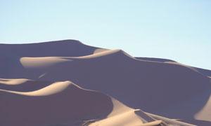 晴朗天空连绵沙丘风光摄影高清图片