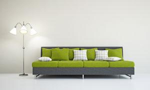 落地灯与靠墙的四人座沙发高清图片